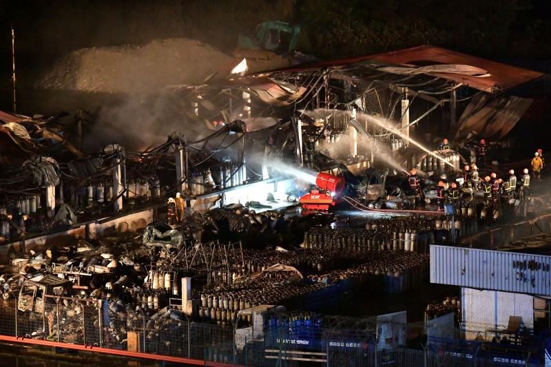 新加坡一座石油氣工廠爆炸起火1死2傷。(歐新社)