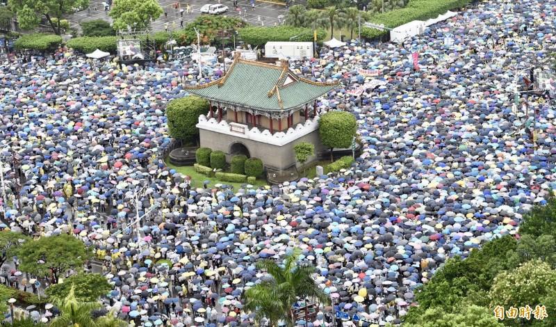 反紅媒凱道人群包圍景福門。(記者羅沛德攝)