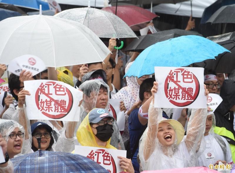 知名導演李惠仁在台上向民眾喊話「絕對不能像柯市長說的『不用理他就好』,不然今天大家為何要來遊行?」現場一片靜默。(記者劉信德攝)