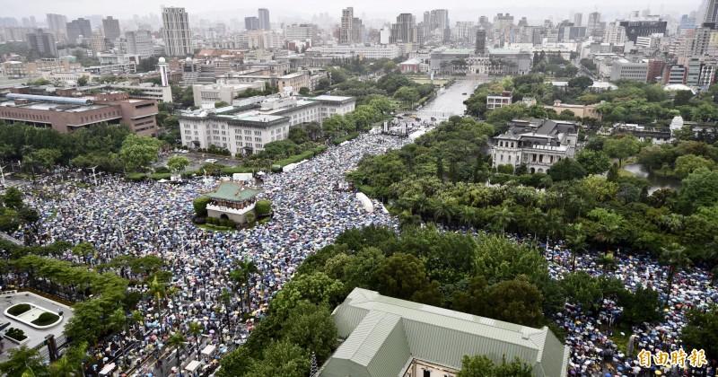 主辦單位提到,反紅媒遊行人數絕對比韓國瑜造勢所「膨風」的人數要來得更多。(記者羅沛德攝)