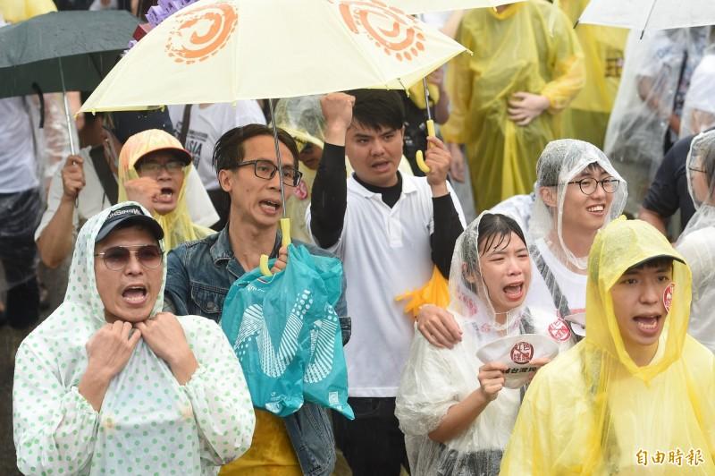 時代力量立委黃國昌和網紅「館長」陳之漢今(23)在凱達格蘭大道辦「反紅媒遊行」,萬名民眾冒雨響應。NCC表示,他們聽到社會的聲音,會持續監督廣電媒體。(記者劉信德攝)