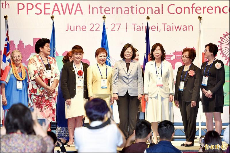 蔡總統昨出席泛太平洋暨東南亞婦女協會年會開幕典禮,她說高雄市長韓國瑜忙於選總統,「恐怕就是他講的這個權力中毒症吧」。(記者羅沛德攝)