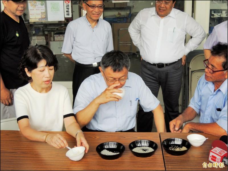 台北市長柯文哲昨到花蓮縣南區訪問,到農田了解稻米種植。(記者王錦義攝)