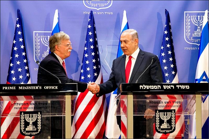 美國國家安全顧問波頓(左)二十三日在以色列耶路撒冷,與以國總理納坦雅胡會面。(歐新社)