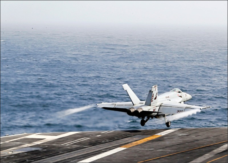美伊關係緊張造成波斯灣風雲震盪,圖為一架美國海軍F/A-18E超級大黃蜂戰機,自部署於阿拉伯海的尼米茲級航空母艦「林肯號」起飛。(歐新社)