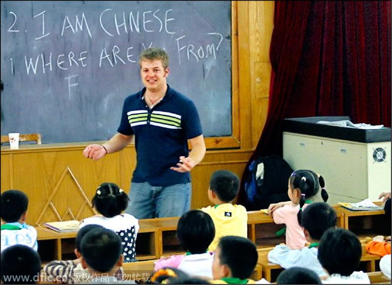 一名外籍教師正在中國江蘇省新沂市雙塘鎮一所幼兒學校教英文,黑板上用粉筆寫著「你從哪來?」等英文句子。這類學校的學費通常不菲。(取自網路)
