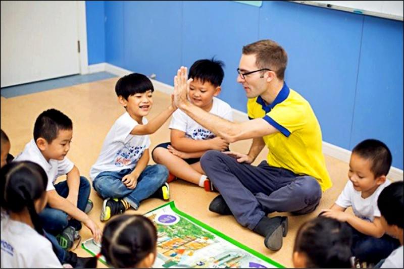 外籍教師教授英語已是中國公、私立學校和機構的招生賣點之一,衍生諸多亂象。(取自網路)