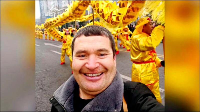 中國黑龍江省俄羅斯族男子董德升,擁有藍眼、白皮膚等「洋人」外表,骨子裡卻是不折不扣的東北大叔。(取自網路)