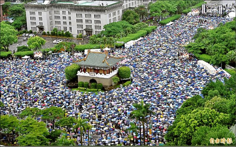 「拒絕紅色媒體、守護台灣民主」活動昨下午登場,參加人潮無畏大雨,從凱達格蘭大道一路塞到景福門周邊區域,眾人大喊紅色媒體滾出台灣,共同寫下新歷史。(記者羅沛德攝)