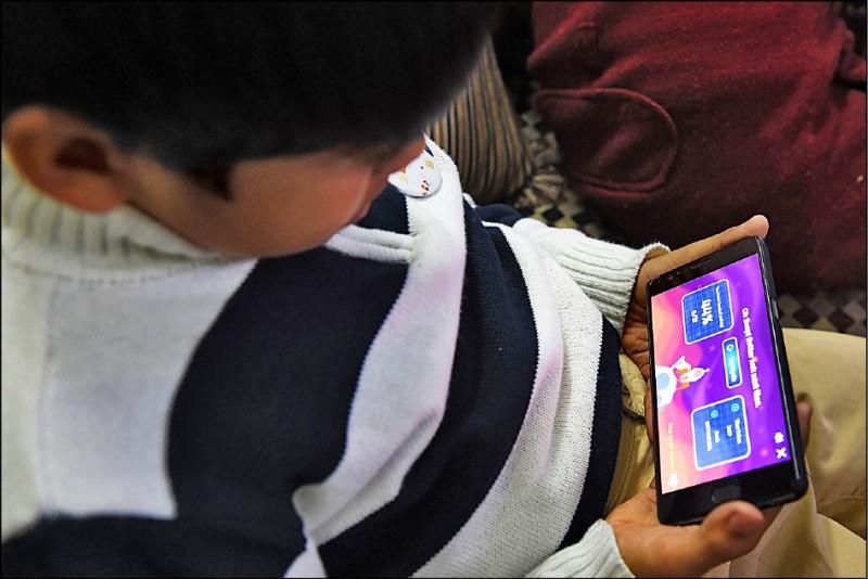 澳洲陽光海岸大學新研究指出,長期使用手機的「低頭族」,因不正確姿勢,為頭頸帶來壓力,使身體為支撐頭部前傾的重量,而誘發骨刺生成。圖為示意圖,與新聞事件無關。(法新社資料照)