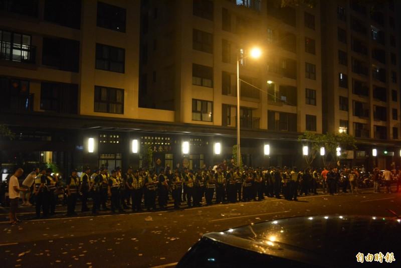 民眾昨晚包圍郭姓保母租屋處,警方共動員180名員警到場維持秩序,直到今天凌晨1點20分左右群眾才逐漸散去。(記者陳建志攝)
