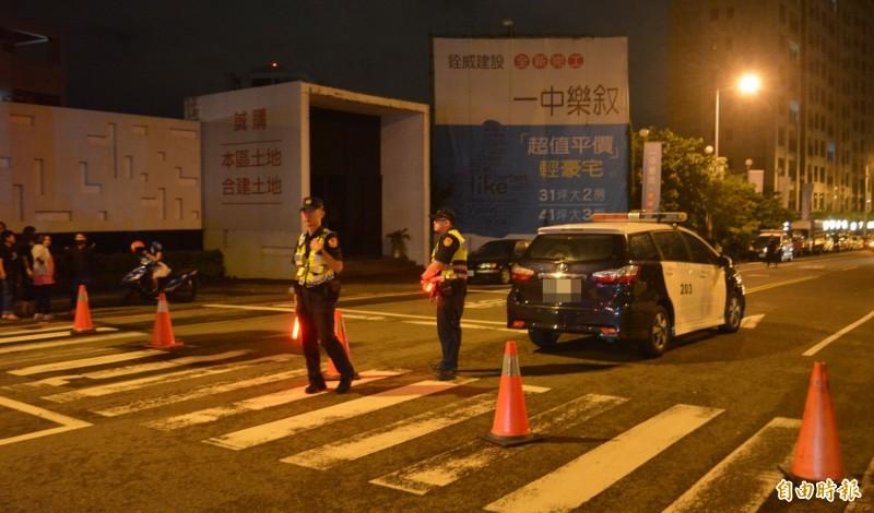 民眾昨晚包圍郭姓保母租屋處,並爆發數波警民衝突,警方增派警力,封鎖兩側路口管制人車進入。(記者陳建志攝)
