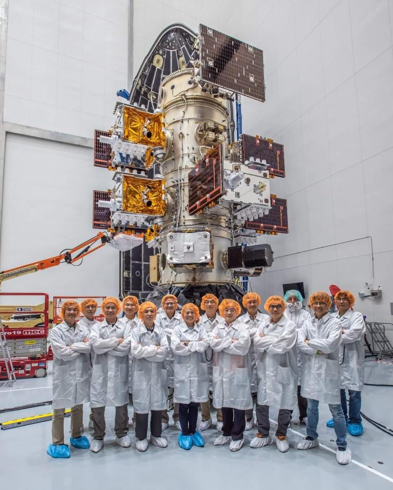 太空中心發射團隊與六枚福衛七號及STP-2任務其他衛星。(國研院提供)