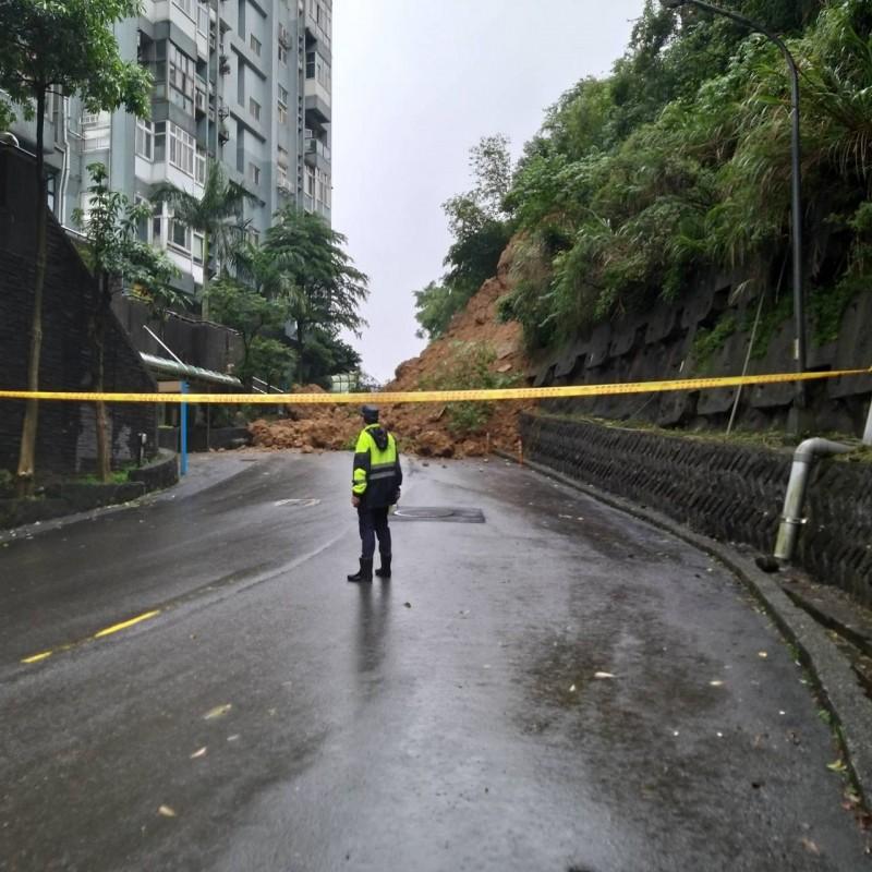 警方在現場拉起封鎖線進行交通管制(記者吳昇儒翻攝)