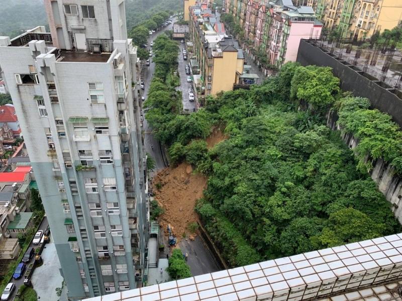 秀山路旁山坡土石崩落阻斷道路(汐止區公所提供)