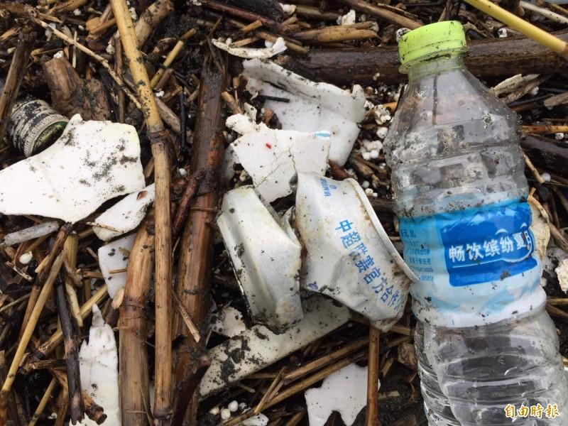 寫有簡體字的中國海漂垃圾及外縣市漂來的保麗龍杯碎片。(記者蔡文居攝)