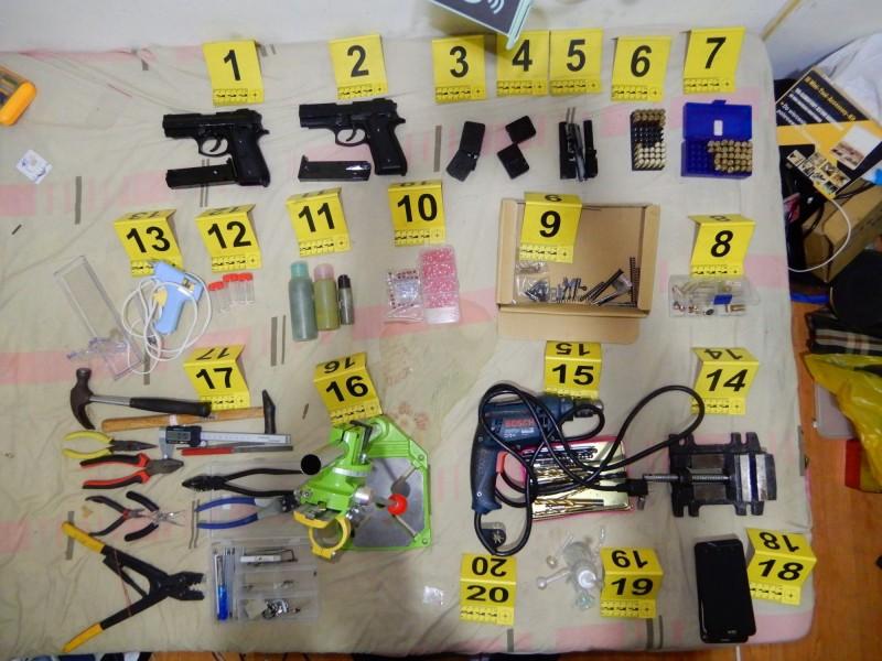 警方在屋內搜出大批改造工具、零件。(記者曾健銘翻攝)
