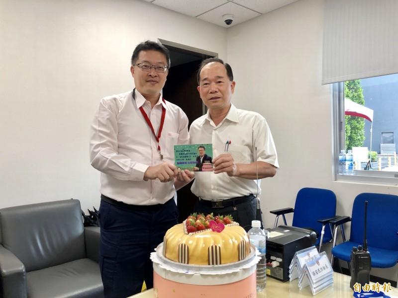 今天是蘆竹警分局長李建民(左)47歲生日,桃園市政府警察局長陳國進(右)特別準備蛋糕幫他慶生。(記者魏瑾筠攝)