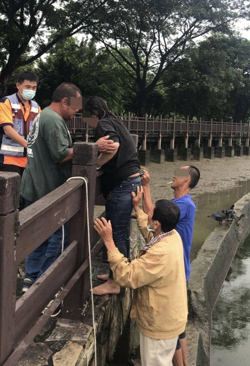 警民4人合力將落水女子救上岸。(記者楊金城翻攝)