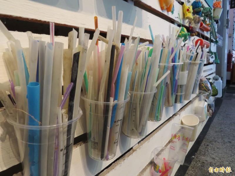 今年起七月一日起限用一次用塑膠吸管,南市環保局表示,勸導不聽將依規定告發。(資料照,記者蔡文居攝)