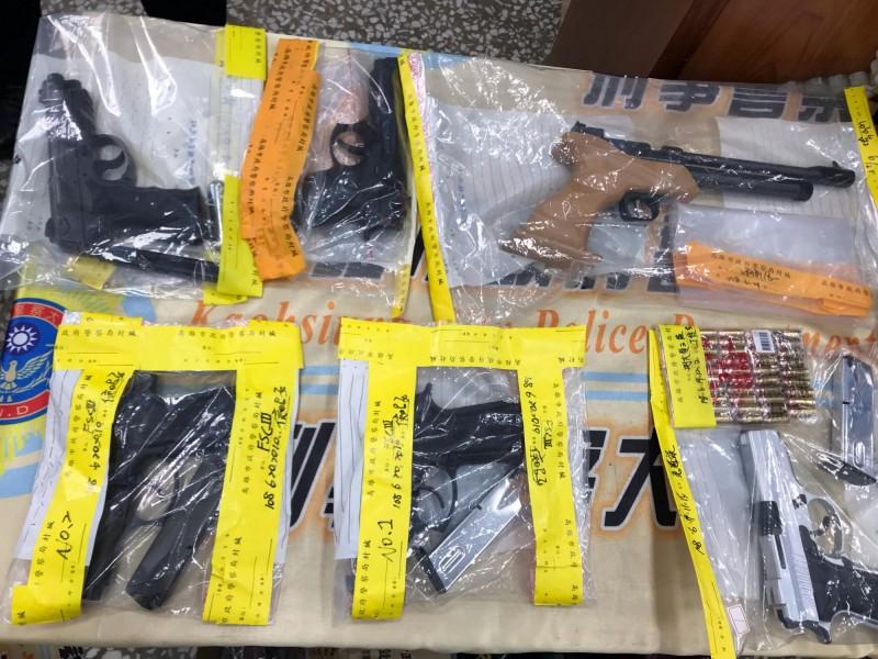 高市警方起出車床模具機械和改造槍彈。(記者黃良傑攝)