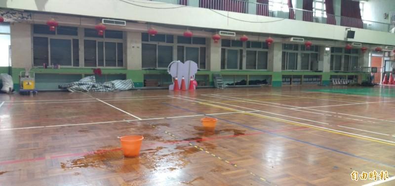 竹南國小活動中心建築老舊,遇雨天處處滲漏水。(記者鄭名翔攝)