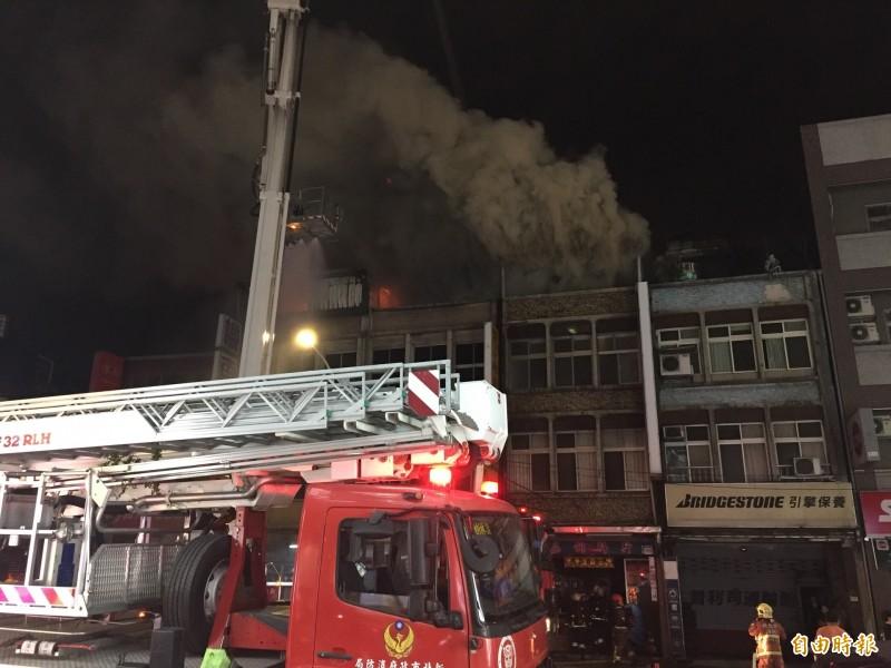 樹林區樹新路上的一處鐵皮屋晚間冒出火苗延燒旁邊的建築。(記者邱書昱攝)