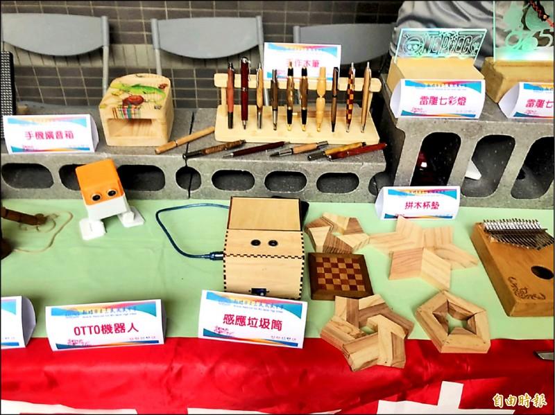 竹市學生自造課程的作品展示。(記者洪美秀攝)