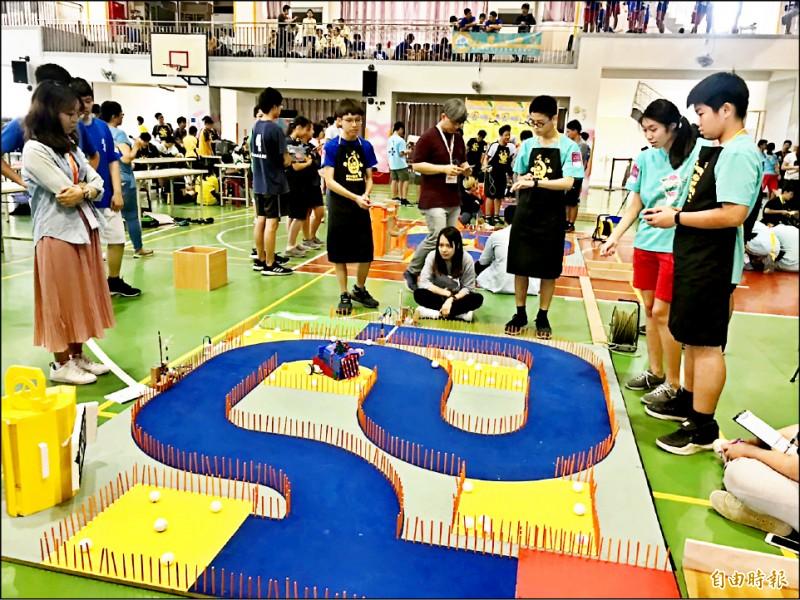 學生參與機器人競賽、老師在旁指導情形。(記者洪美秀攝)