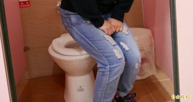 國健署建議,有尿失禁問題,可向醫師求助。如廁示意圖。(資料照)