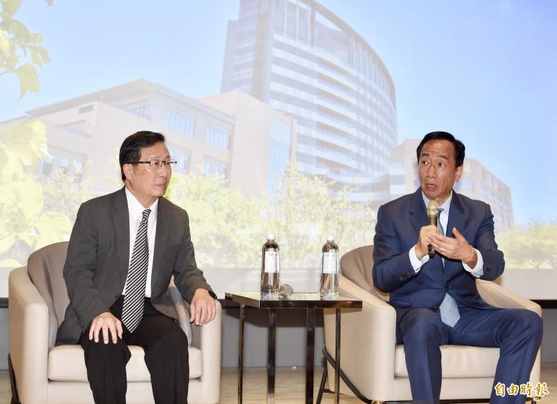 台大癌醫將於7月4日開幕,前鴻海董事長郭台銘(右)24日在台大癌醫院長鄭安理(左)陪同下參觀醫院,行前接受媒體訪問。(記者羅沛德攝)