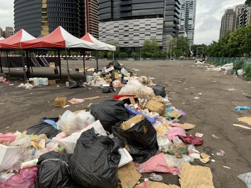 韓國瑜造勢大會22日在台中市河南路、市政北二路口舉行,活動後人潮散去,隔天有民眾行經附近,甚至到一旁的遺址公園參觀,赫然發現活動現場垃圾「漫出來」。(圖:讀者提供)