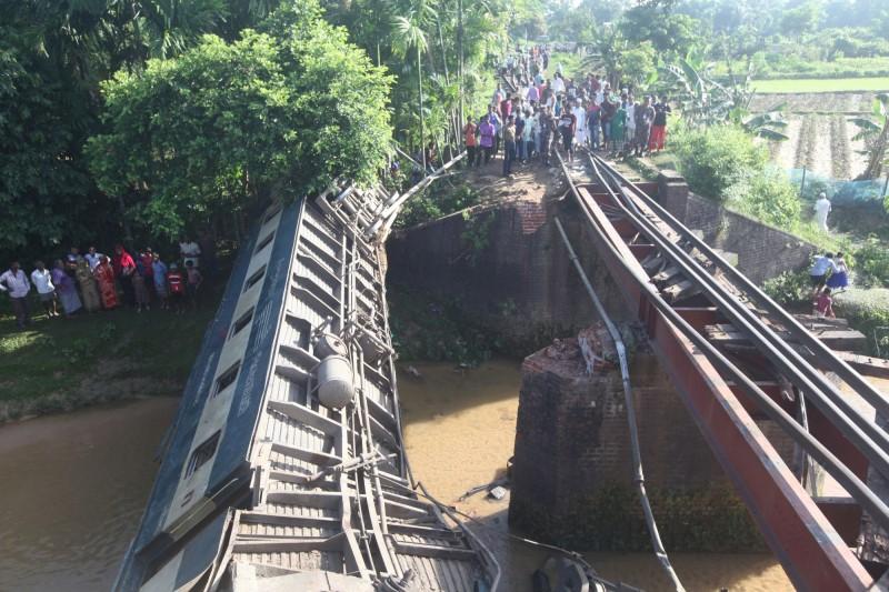 孟加拉一列客運火車在橋上出軌,目前已知至少5死100多人受傷。(路透)