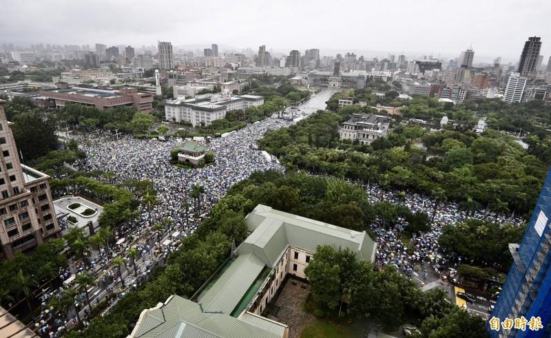 時代力量臉書透露,昨「拒絕紅色媒體、守護台灣民主」活動,有超過數十萬人在凱道遊行。(資料照)