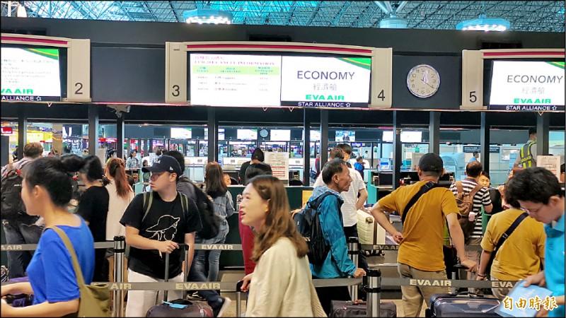 長榮航空罷工今將進入第6天,自6月20日至6月24日總計取消202個航班,累計營收損失估計約8.2億元。(記者姚介修攝)