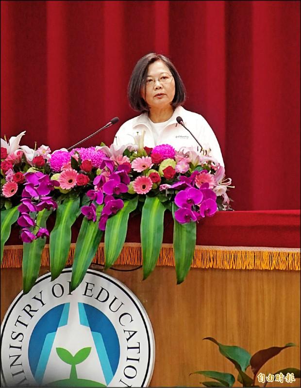 蔡英文總統昨至高雄左營國訓中心,為台灣世大運代表團授旗,對於民調領先,她表示執政成果受到肯定。(記者黃志源攝)