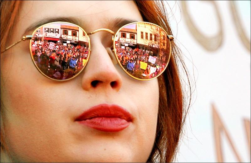醫師建議外出時要戴上太陽眼鏡,以隔絕PM2.5和紫外線的威脅。(美聯社資料照)