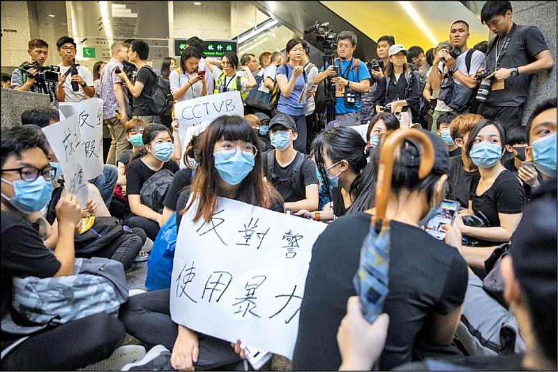 由於香港政府迄今仍未撤回「送中條例」並究責警方濫用暴力,香港網友發動24日前往港府總部「接放工」(接下班),在不阻礙法院、救護、消防和醫院運作的情況下,以不合作方式癱瘓政府運作。圖為抗爭者封鎖稅務大樓出入口,進行「接放工」不合作行動。(彭博)