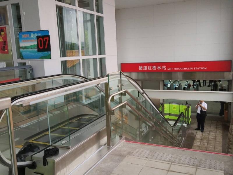 淡海輕軌紅樹林站與台北捷運淡水信義線的行人連通道,預計7月1日完工,未來輕軌與北捷間轉乘將更便捷。(新北捷運公司提供)
