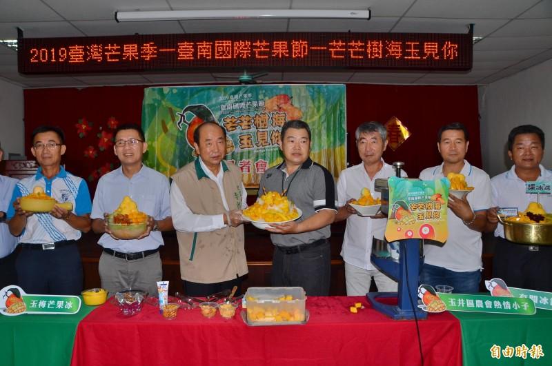 玉井芒果節週六登場,主打消暑的芒果冰品。(記者吳俊鋒攝)