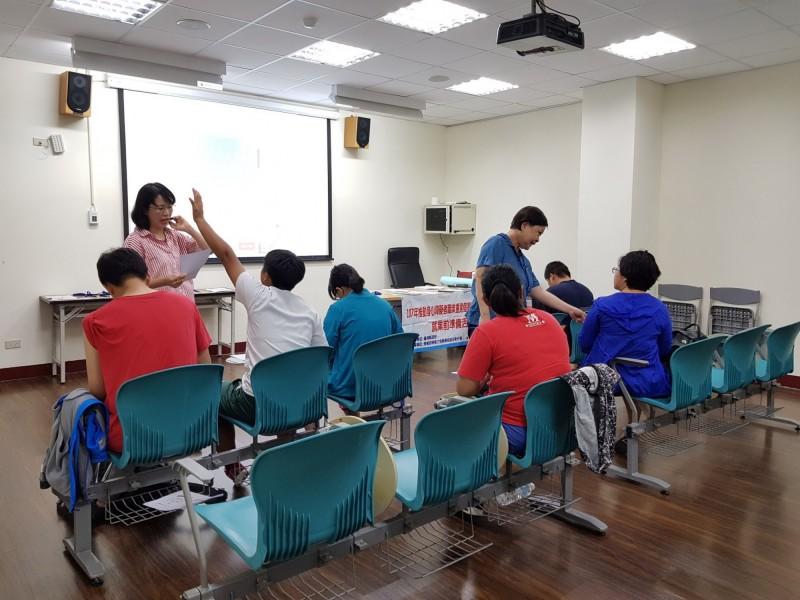台東縣社會處舉辦的身心障礙者就業前準備團體活動系列課程採小班制,逐一輔導學員就業。(記者王秀亭翻攝)
