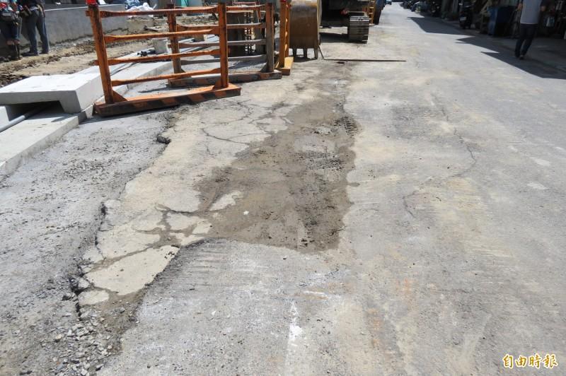 捷運烏日九德站將完工,但周邊道路嚴重受損,住戶要求受損路面要重鋪。(記者蘇金鳳攝)