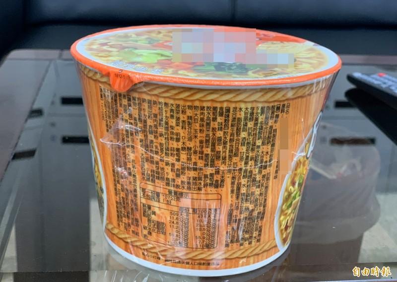 這碗泡麵的成份標示有數十種添加物。(記者陳鳳麗攝)
