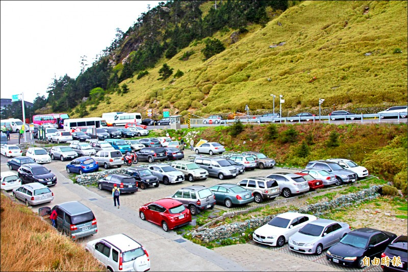 每到旅遊旺季,合歡山台14甲線沿途停車場總是車滿為患。(記者佟振國攝)