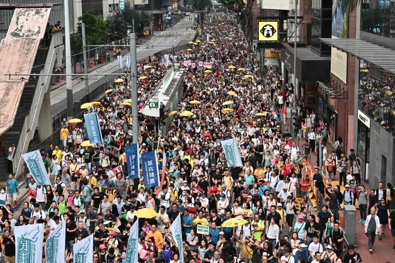 香港政府強推《逃犯條例》引起民怨,大批民眾走上街頭抗議。(法新社)