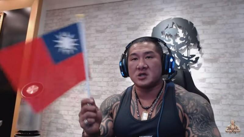 館長認為,竟有人認為「只准中共拉屎,不准台灣放屁」是對的,直呼「這是什麼鬼道理?」。(圖擷取自館長YouTube)