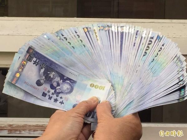 一名網友在PTT提問,指出自己在新竹縣工作,月薪33K、年薪55萬,而一年能存到33萬左右,「這樣有辦法活到老死嗎?」(資料照)