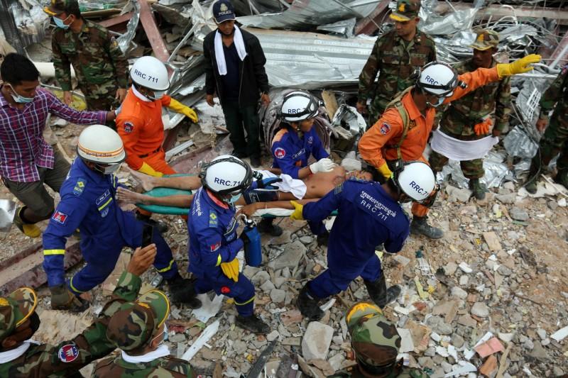 柬埔寨大樓倒塌3天後奇蹟式的救出2名遭活埋的生還者。(法新社)