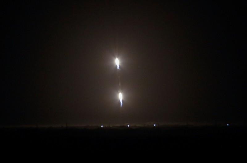 與火箭脫離後,三組推進器進行回收作業,兩側推進器成功返航回收成功。(路透)