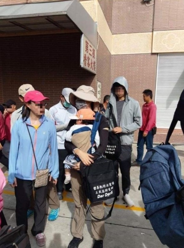 市議員po照爆料,衛生所女員工揹著娃防疫。(攝自臉書)
